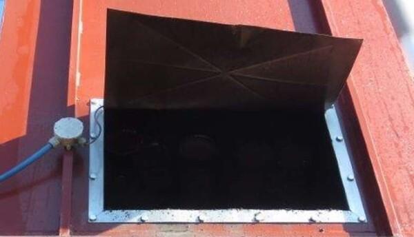 Pannello di sicurezza aperto a seguito di un'esplosione